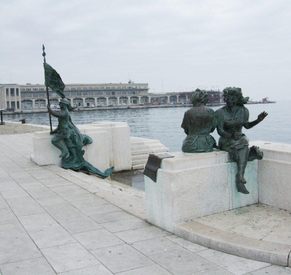 Trieste, Piazza dell'Unità, Monumento a Trieste libera